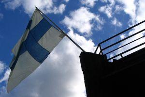 Suomenlippu Manta-laivan keulassa.